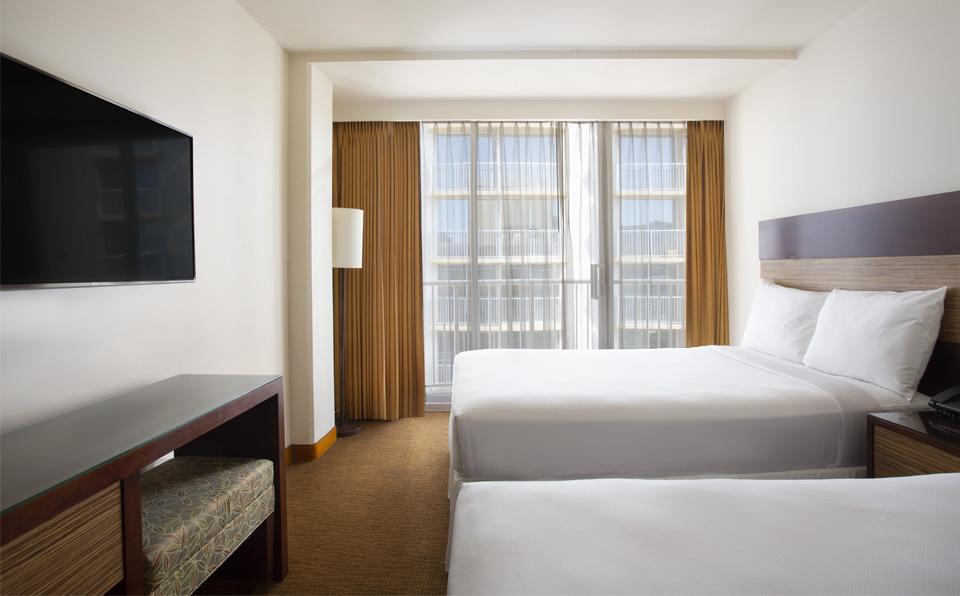 配有两张大床的房间